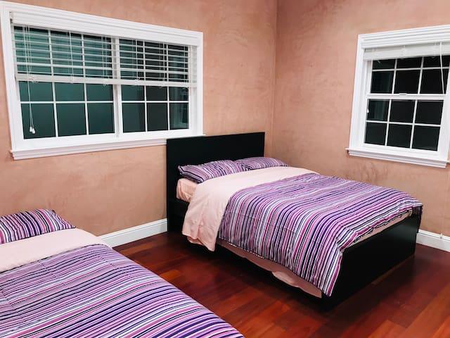 H5#两张双人床的房间,宽敞明亮,厨房设施齐全,适合小家庭。