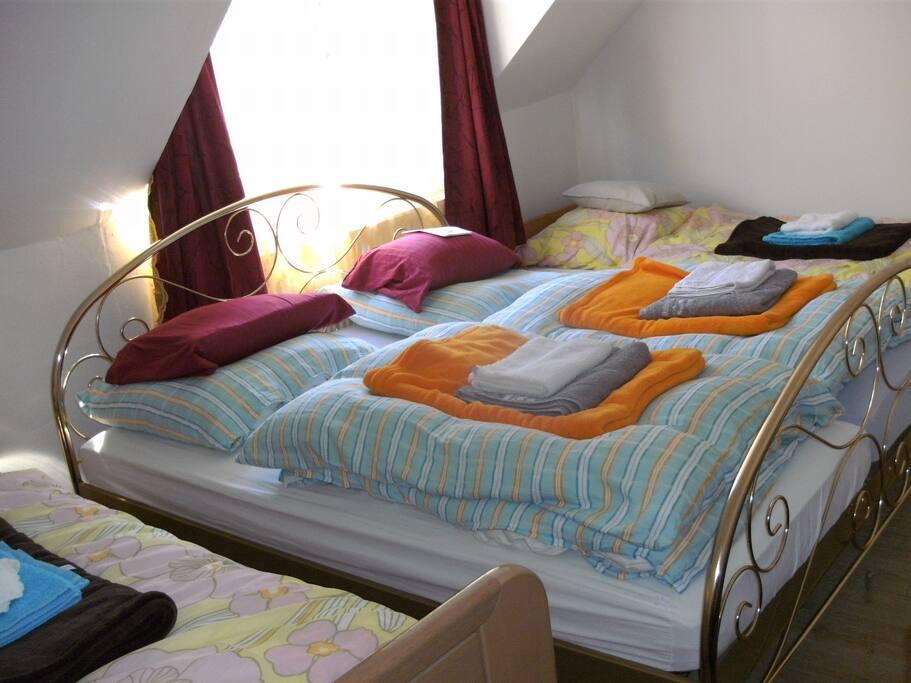 Zimmer links: 1 Doppelbett, 2 Einzelbetten