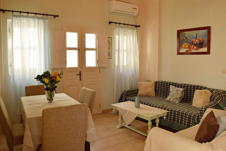 Cosy maisonette 2 minutes from Perissa black beach
