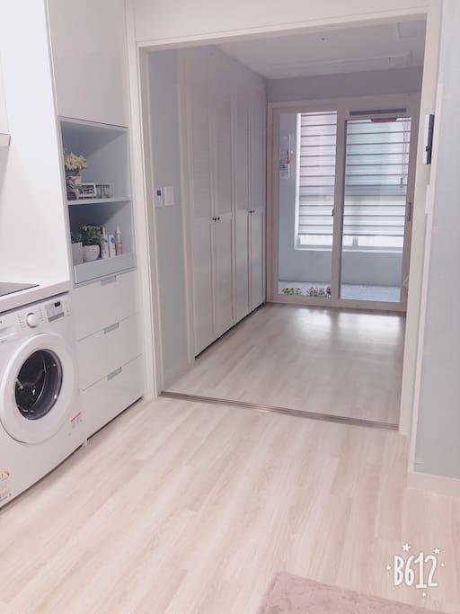 숙소는 1.5룸으로 긴 형태로 Roomy합니다 베란다와 침실, 드레스룸 거실과 주방, 화장실로 구성되어있어요