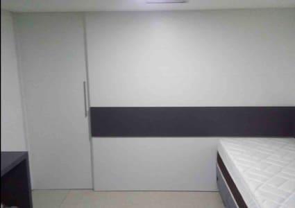 No flat colocamos uma porta para dividir o quarto da sala e da cozinha .
