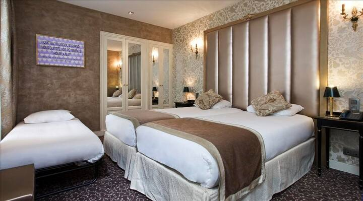 Large Romantic Room in the Eiffel Tower District