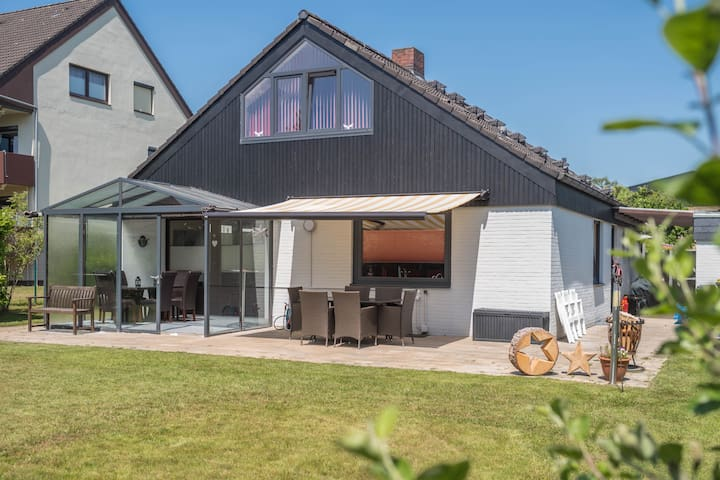 "Bright Holiday Home ""Jäschke"" with a Garden, Conservatory, Terrace & Wi-Fi; Pets Allowed (additional charge)"