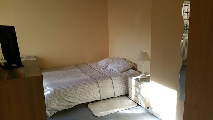 Petite chambre confortable