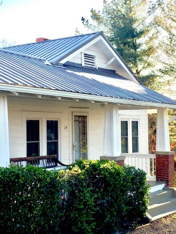 Downtown in 7 minutes - N. Asheville Bungalow - Woodfin