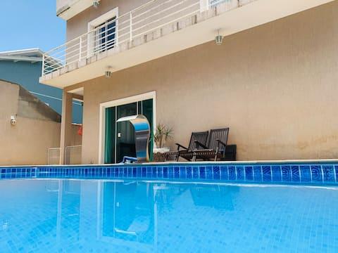 Casa com piscina aquecida e churrasqueira