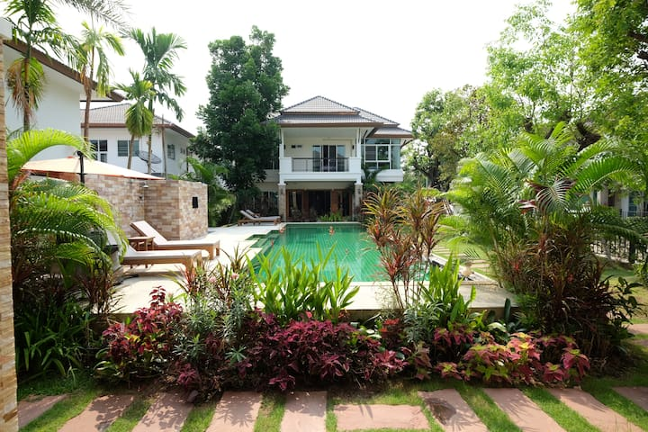 Starry Night Villa with Swimming Pool B building
