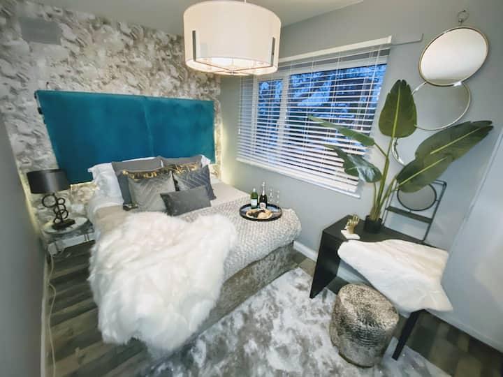 🌟The Marble Room 💦Hot Tub @ Hotel Lush Canterbury🌟