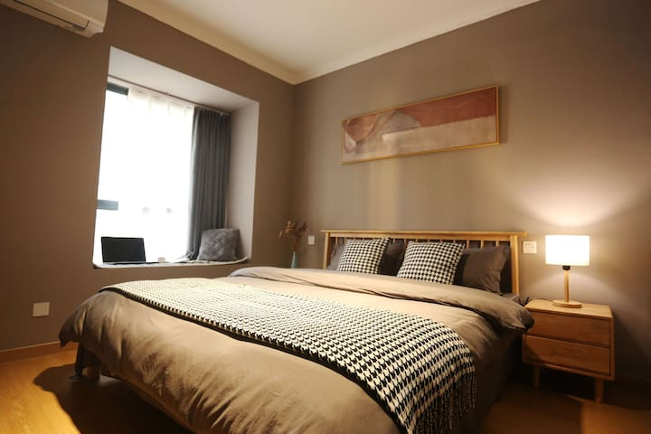 主卧室1.8*2米大床,乳胶床垫