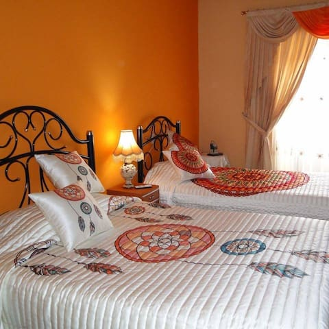 Beautiful Room with balcony with Panecillo's Hill view