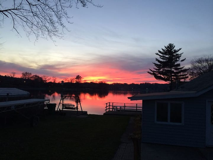 Lake Front house 1 mile from the Merrimac Ferry!