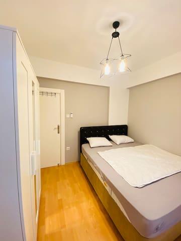 Bedroom 1/ kleines Schlafzimmer mit großem Doppelbett