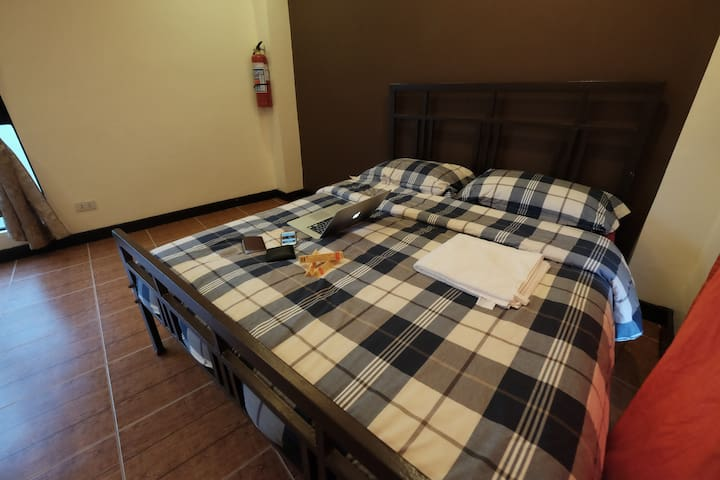 Studio 3: near a mall, queen bed, WIFI, neat, cozy