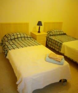 large private room 15 minutes walk to UOM sleeps 2 - San Gwann