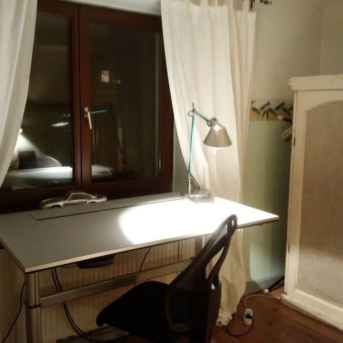 Der Schreibtisch ist elektrisch höhenverstellbar und somit auch als Stehpult nutzbar