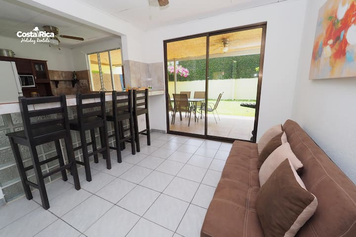 Jaco Villa short distance to downtown & the beach