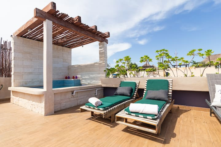 BEACH FRONT PENTHOUSE CLUBING AREA