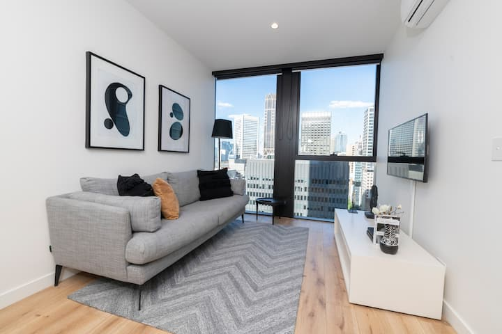 Deluxe Collins St Apartment with City Views + Gym