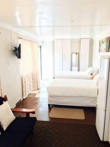 Modern Cozy Suburban Loft - Holiday Rental