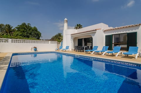 Private villa  & pool close to all ameneties