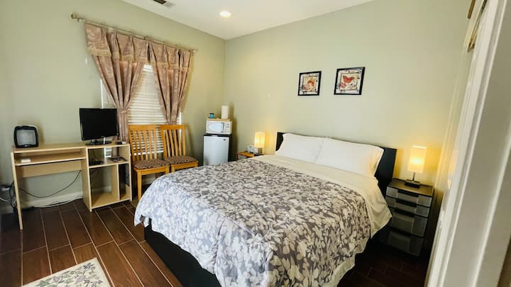 Independent casita room with private entry / bath.