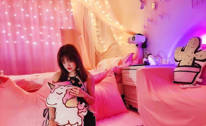 小日子2号民宿/1分钟到学院/粉色少女风/投影房、可做饭、益彩汇、大信商业圈