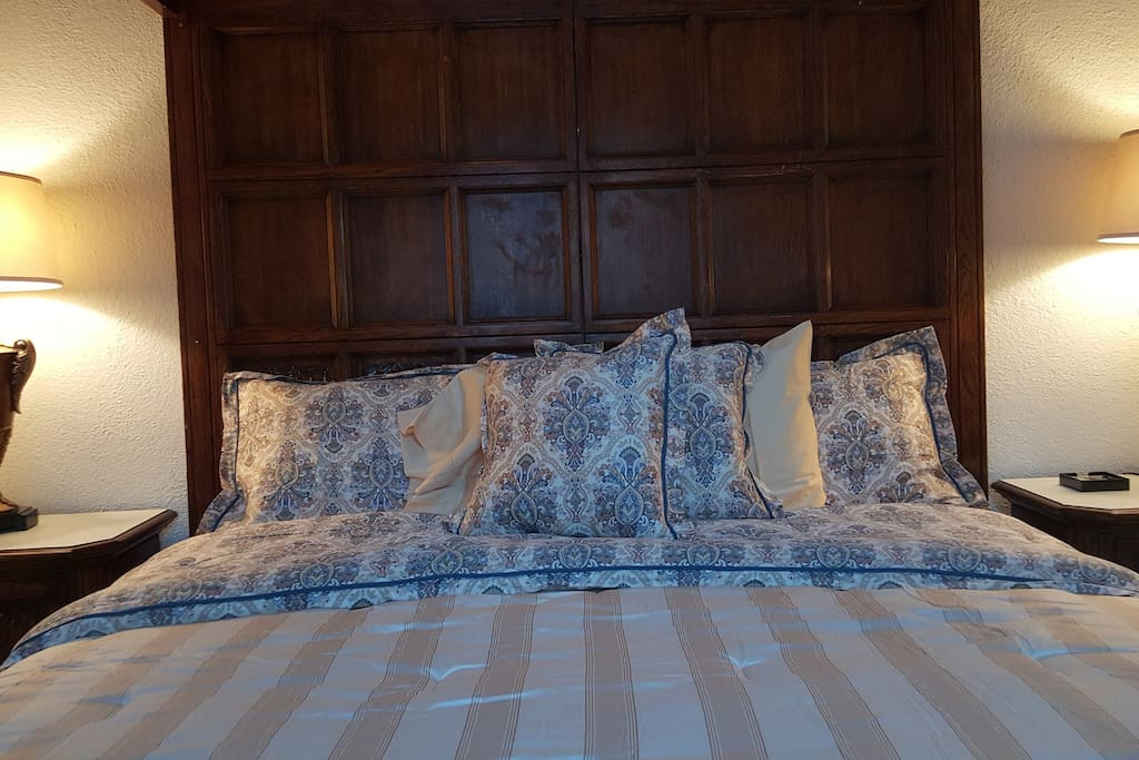 KING size pillow top 4 poster bed with upscale bedding