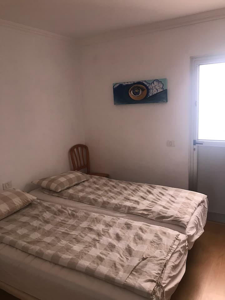Clean room 2 min to beach, 10 min to the airport.