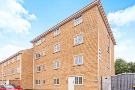 £45! Stunning, contemporary home, 25 mins to Leeds