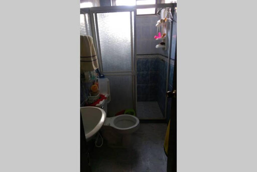 baño ubicado al lado de la habitacion