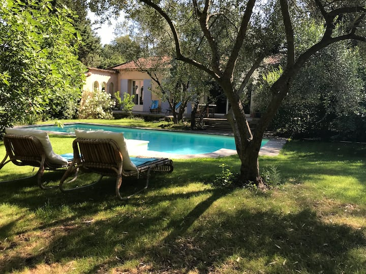 Maison 2 pers ,charme, jardin et piscine .