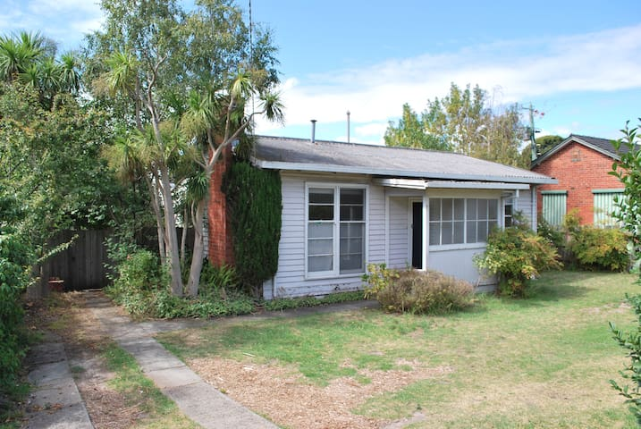 Comfy Bayside cottage with great location & space