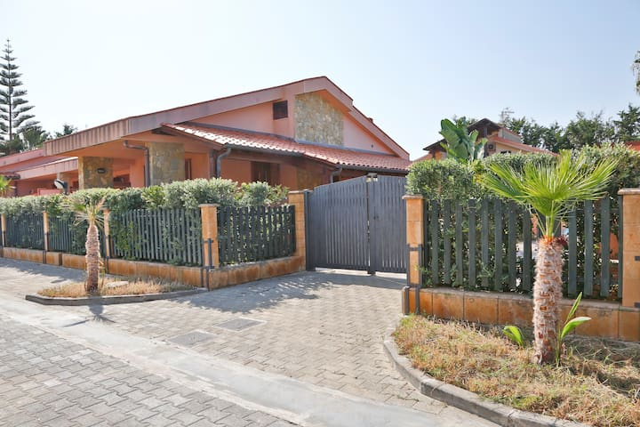 VILLA WITH GARDEN AND TERRACE 50 METERS FROM SEA