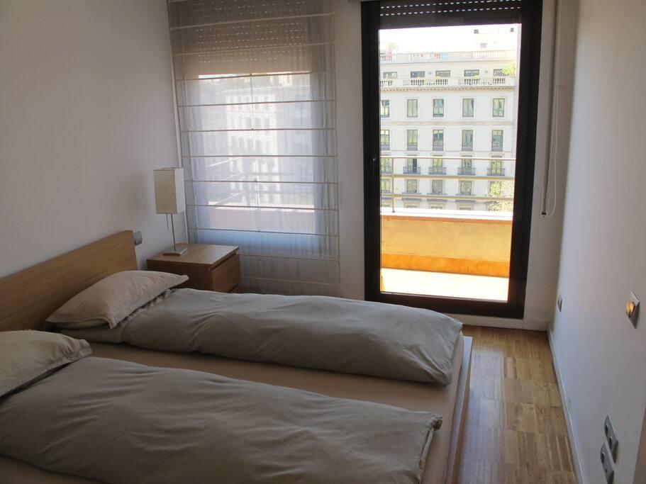 Dormitorio con acceso a galeria con vistas a Paseo de Gracia.