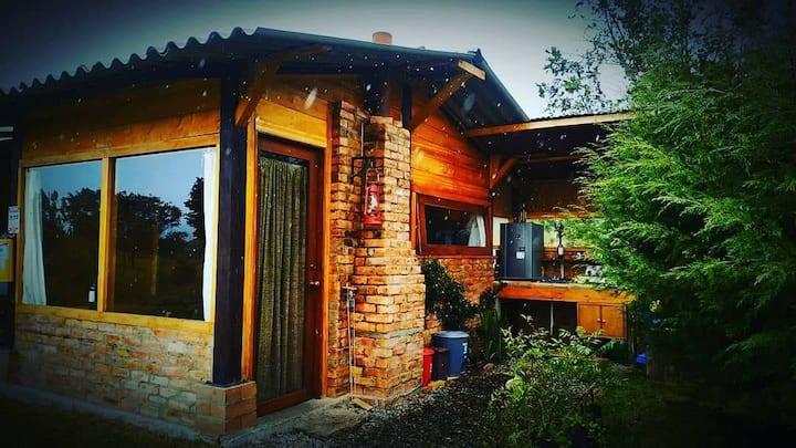 Cabaña para dos con jardín y chimenea. Tingua.