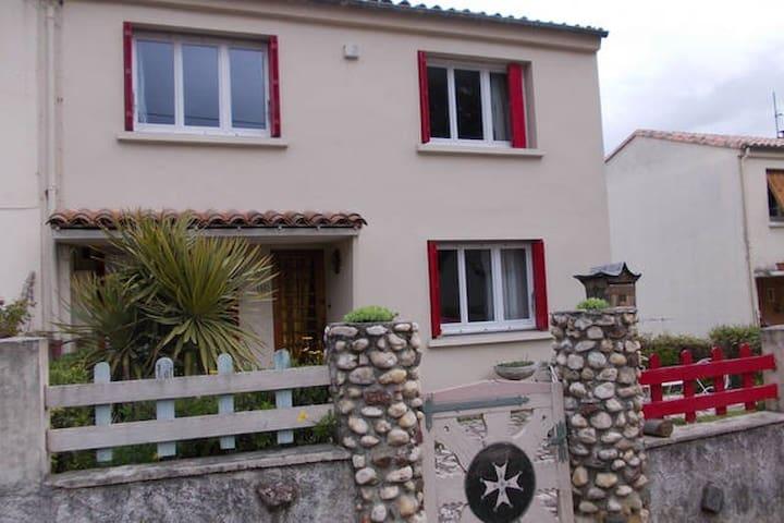 Chambre double dans maison individuelle - Alès - Dom