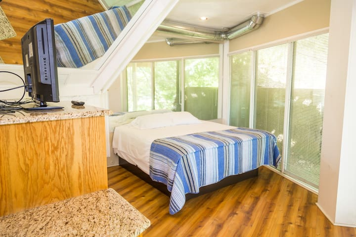 Third bedroom Downstairs King bed Right on Glass wall overlooking Lake