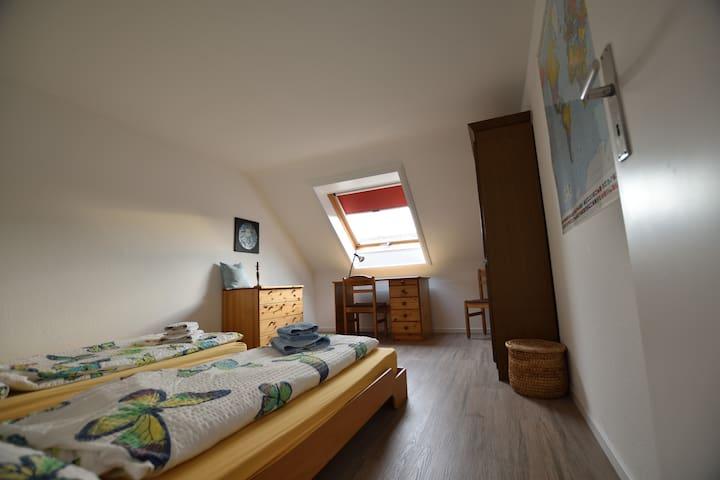 Möbliertes Zimmer für 1 bis 2 Pers.