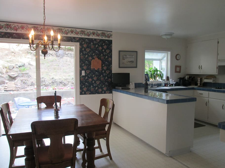 Fully equipped kitchen and dining room for cozy dinner, guests or snack while working.