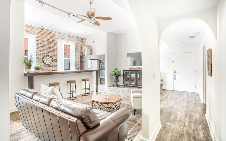 Flexible Deposit/Refund Policies: Spacious Downtown Loft for up to 10 Guests