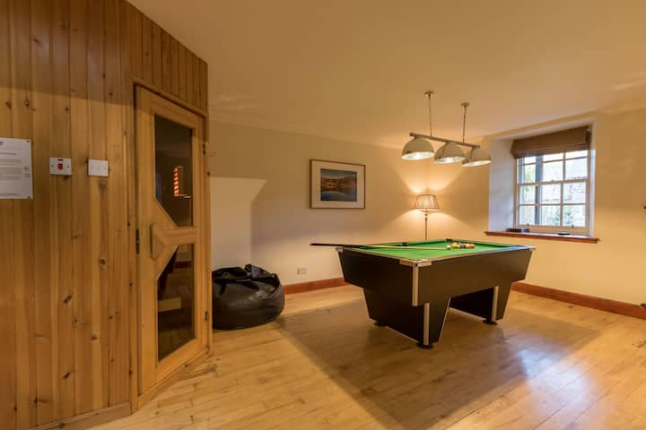 Mains of Taymouth, Kenmore - 4* Stables Cottage, sleeps 8, hot tub, sauna, log burning stove