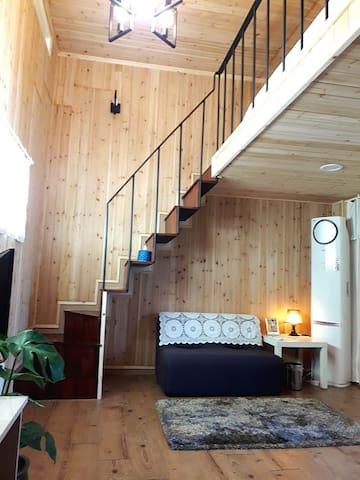 이번에 셀프리모델링 한 방입니다 방의 벽을 모두 편백나무로 바꿔서 나무향도좋고 건강에도 좋고 놀러온 느낌도 한껏 낼 수 있답니다~^^
