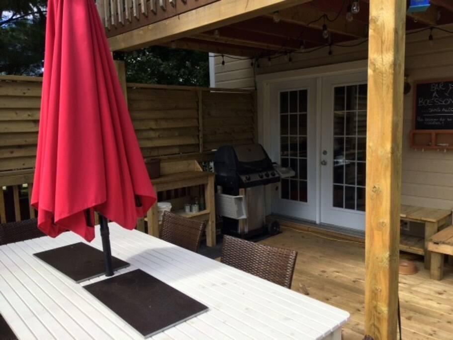Grande terrasse avec ensemble de patio et bbq