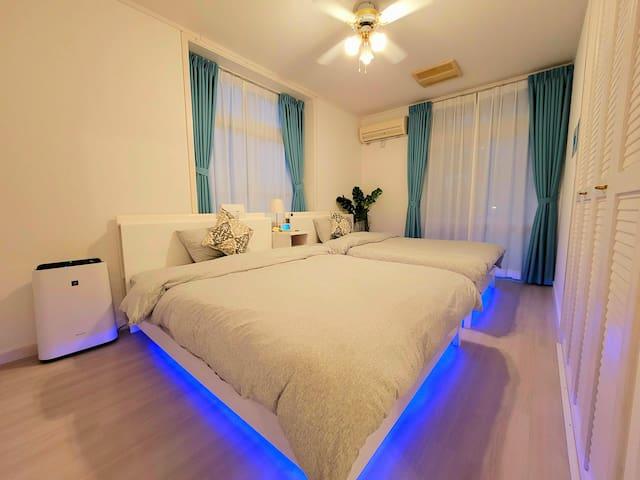 <寝室>ムーディーな間接照明が旅の気分を盛り上げてくれます。こだわりのポケットコイルマットレスと肌触りの柔らかい綿のシーツをご用意しました。 シーツ交換だけのホテルと違い、お布団もしっかり丸洗いしていますので、清潔&安心♪