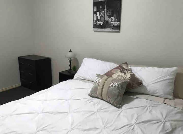 *HOME AWAY* Private Room in Tullamarine