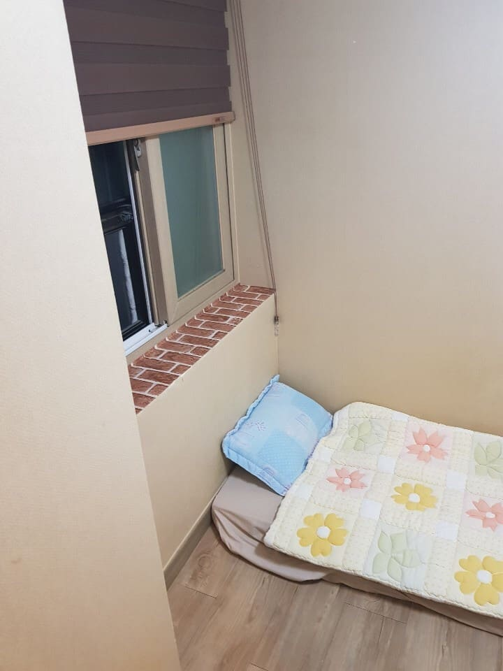 Small single room w private bath& shower room