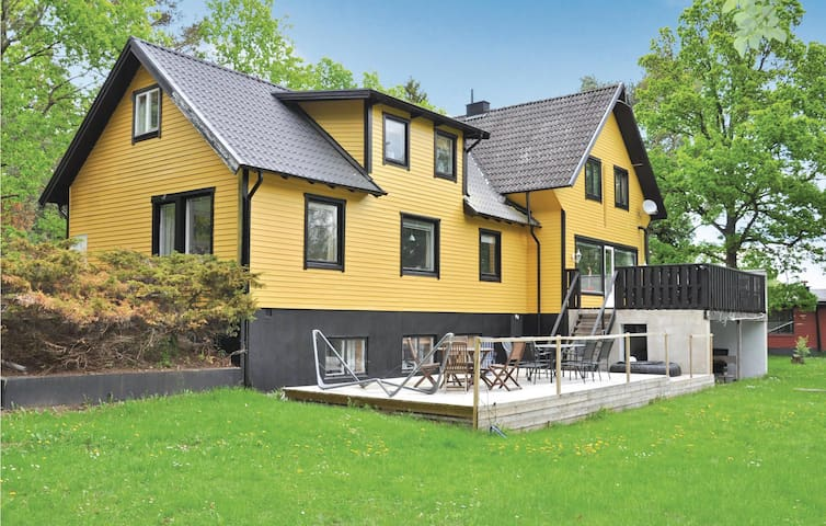 Holiday cottage with 6 bedrooms on 242 m²