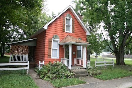 Downtown cottage near Honeywell,shopping, sleeps 6