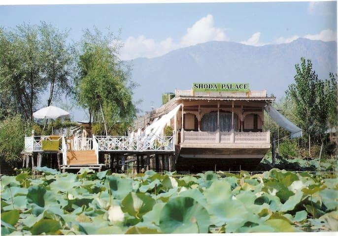 Houseboat shoda palace
