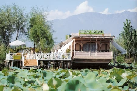 Houseboat shoda palace